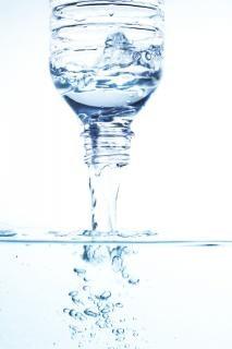 Mineralwasser gießen
