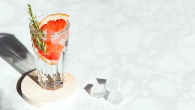 Mineralwasser mit grapefruit und rosmarin-eiswürfel