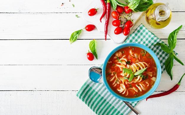 Minestrone, italienische gemüsesuppe mit nudeln. tomatensuppe. veganes essen. ansicht von oben. flach liegen.