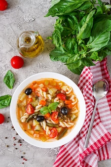 Minestrone, italienische gemüsesuppe mit nudeln. veganes essen. draufsicht. flach liegen.