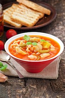 Minestrone, italienische gemüsesuppe mit nudeln