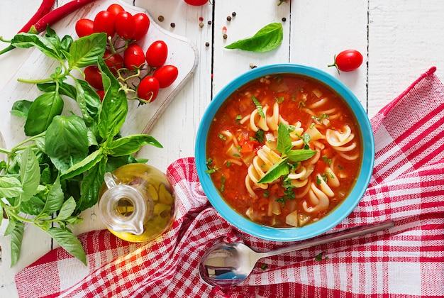 Minestrone, italienische gemüsesuppe mit teigwaren