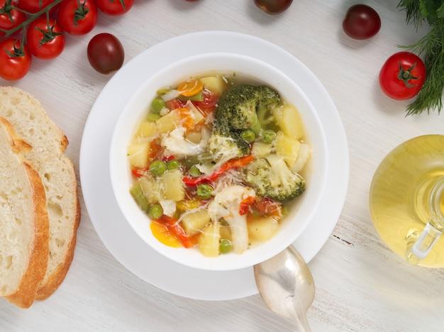 Minestrone-suppe gemüsesuppe mit tomaten, sellerie, karotten, zucchini, pfeffer, broccoli.