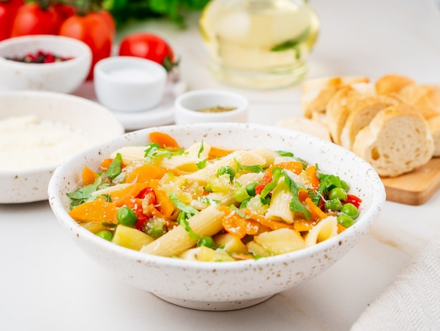 Minestrone-suppe, italienische küche. vegetarische suppe mit gemüse