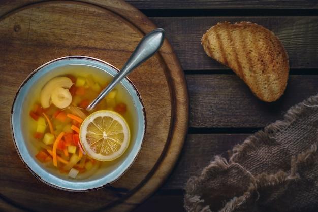 Minestrone-suppe mit toast