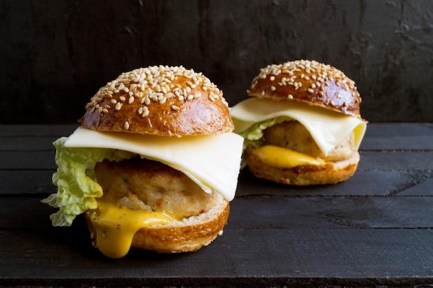 Mini-burger mit hühnerkotelett.