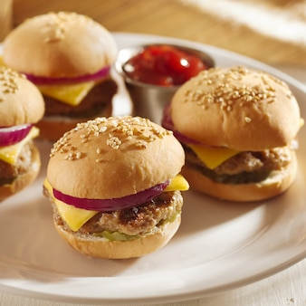 Mini burger mit käse, zwiebeln und gurken