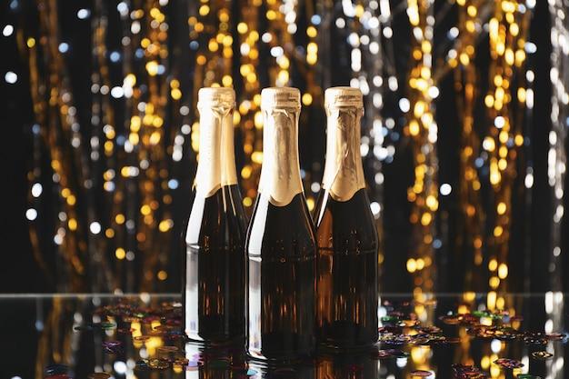 Mini-champagnerflaschen auf unscharfem raum, platz für text