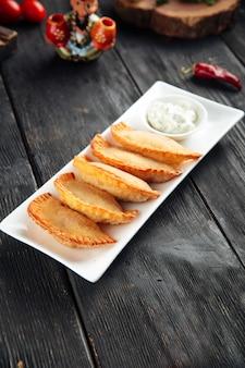 Mini chebureki frittierte fleischpastetchen