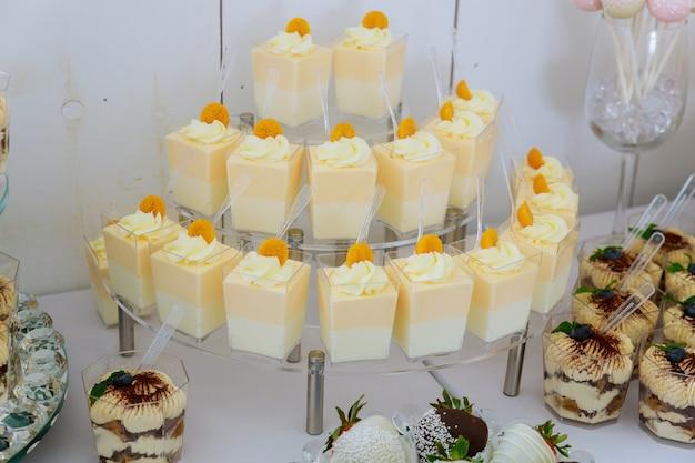 Mini dessert pudding und süßigkeiten. vorspeisen catering essen. partytisch.