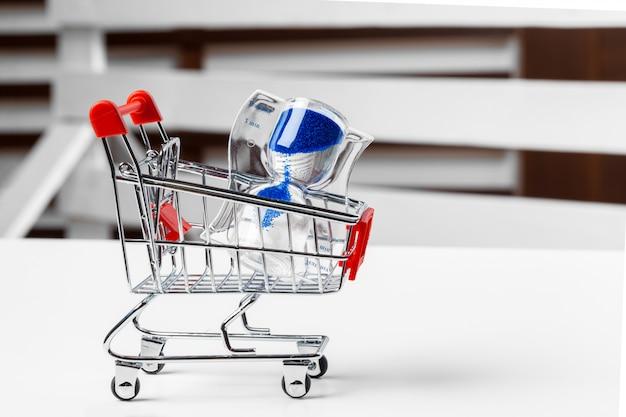 Mini einkaufswagen auf dem tisch. geschäft, e-commerce