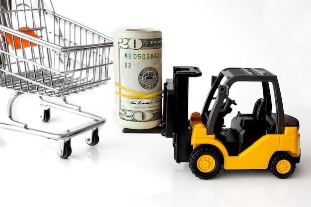 Mini gabelstapler lkw stapel von banknoten usa auf einkaufswagen. logistik, transport, managementideen, handelskonzept des industriegeschäfts.