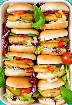 Mini-hamburger mit chicken burger, käse und gemüse