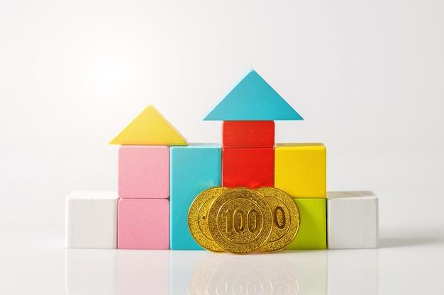 Mini-haus mit geld, ersparnis geld für haus kaufen und darlehen an unternehmensinvestitionen für immobilienkonzept. investitions- und risikomanagement