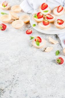 Mini-käsekuchen mit erdbeeren