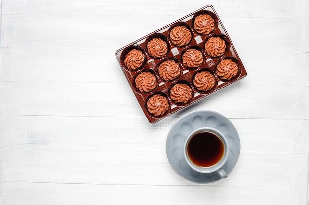 Mini kuchen trüffel mit schokoladentropfen und kakaopulver, draufsicht