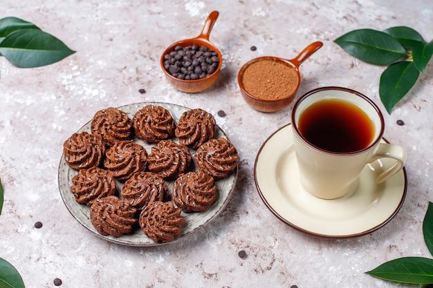 Mini kuchen trüffel mit schokoladentropfen und kakaopulver
