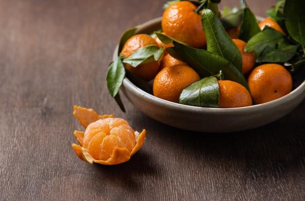 Mini mandarinen in einer schüssel auf einem alten holztisch