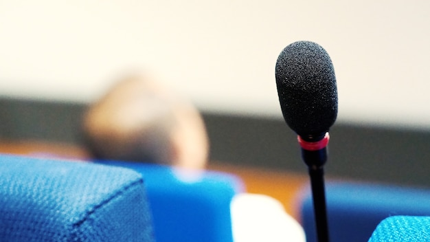 Mini-mikrofonlautsprecher im konferenzsaal für rede in geschäftsseminaren oder organisationstrainings