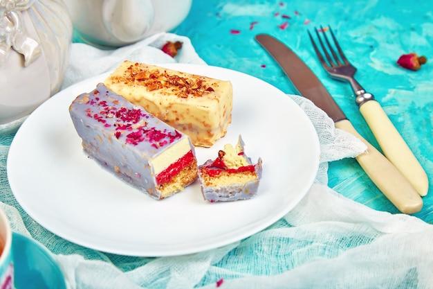 Mini mousse cake mit schokolade mit tassen tee.