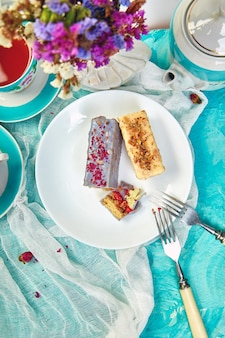 Mini-mousse-torte mit schokolade und tassen tee