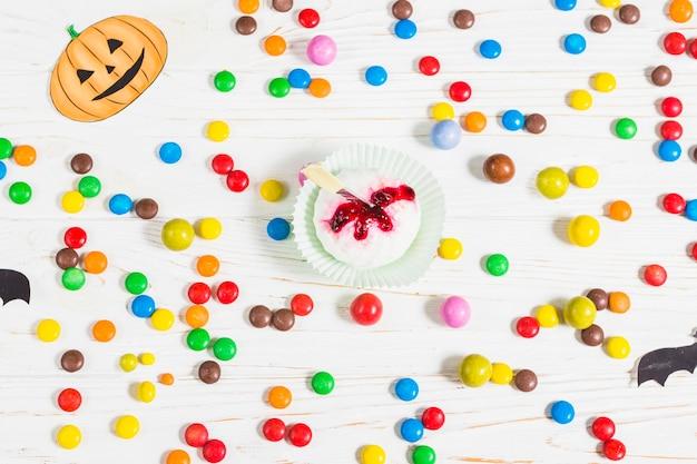 Mini muffin zwischen kleinen bunten süßigkeiten