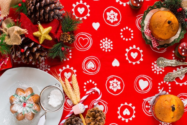 Mini-panettone mit früchten und weihnachtsdeko,