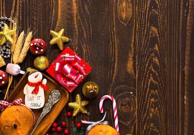 Mini panettone mit früchten und weihnachtsdekoration