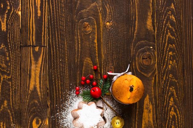 Mini panettone mit früchten und weihnachtsdekoration,