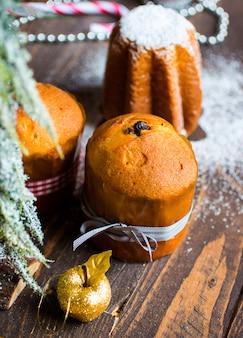Mini panettone und pandoro mit früchten und weihnachtsdekoration