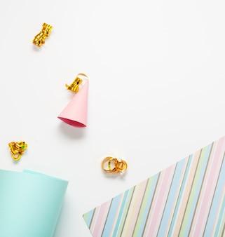 Mini partyhut mit bändern flach zu legen