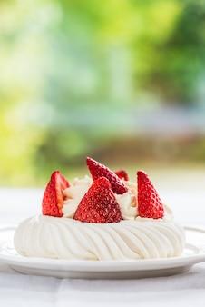 Mini pavlova meringue cake mit frischen erdbeeren
