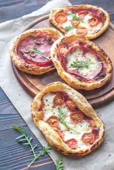Mini-pizzen auf dem holzbrett