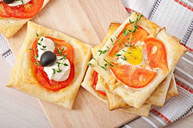 Mini puffs mit tomaten, käse und ei