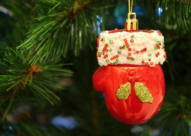 Mini santa claus red glove-keramikverzierung, die am weihnachtsbaum hängt