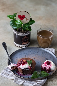 Mini schokoladenkuchen oder brownie und tasse kaffee. frühstück oder dessert für frau oder muttertag.