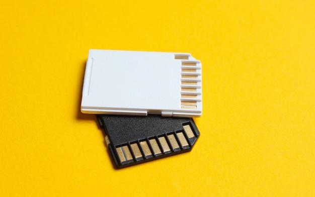 Mini-sd-speicherkarten auf gelbem papier