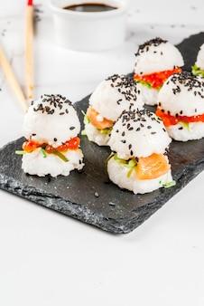 Mini-sushi-burger, sandwiches mit lachs, hayashi wakame, daikon, ingwer, roter kaviar.