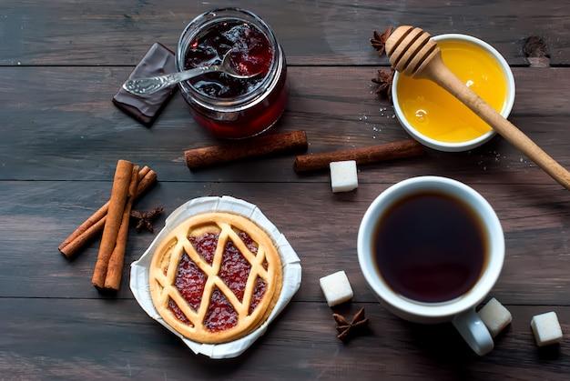 Mini-törtchen mit marmelade und einer tasse kaffee