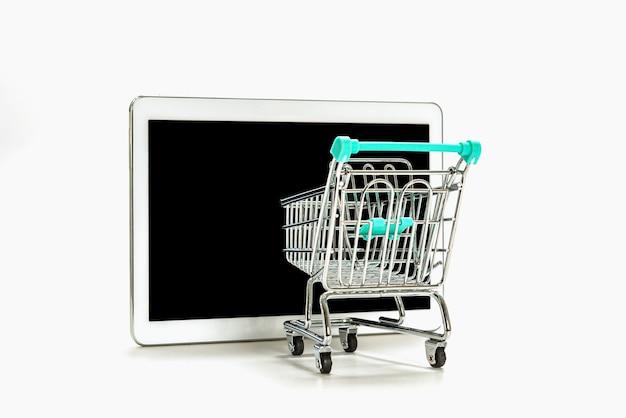 Mini-warenkorb und digitales tablet mit schwarzem bildschirm isoliert auf weißem, online-shopping-konzept