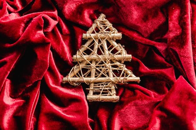 Mini weihnachtsbaum auf rotem samt. weihnachtsdekoration