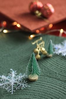Mini-weihnachtsbaumdekoration auf strukturiertem tisch