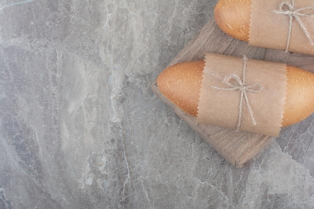 Mini-weißbrot auf holzbrett
