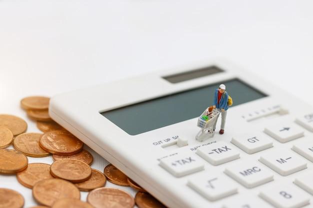 Miniatrue-leute: käufer kaufen waren zum verkauf mit rabattschale auf taschenrechner und münzen. tourismus-, einkaufs- oder geschäftskonzept.