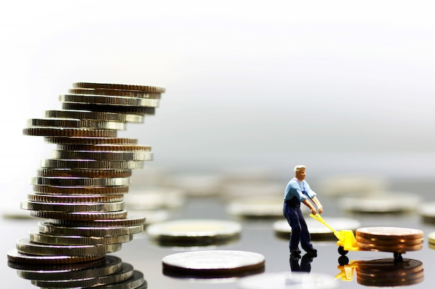 Miniatur der arbeitskrafttransportmünze zum höchsten stapel