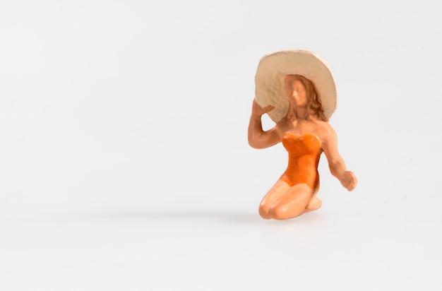 Miniatur der frau mit strandhut