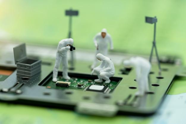 Miniatur der suche nach fehlern auf mikrochip