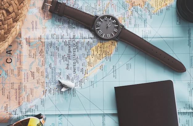 Miniatur des flugzeuges auf karte am bereich der vereinigten staaten