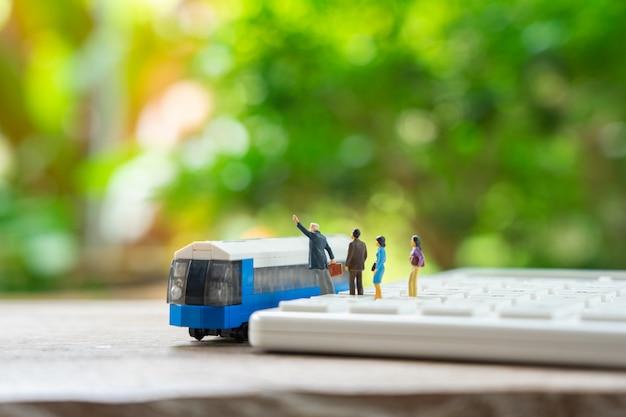 Miniatur des reiseplaners mit spielzeugautomodell