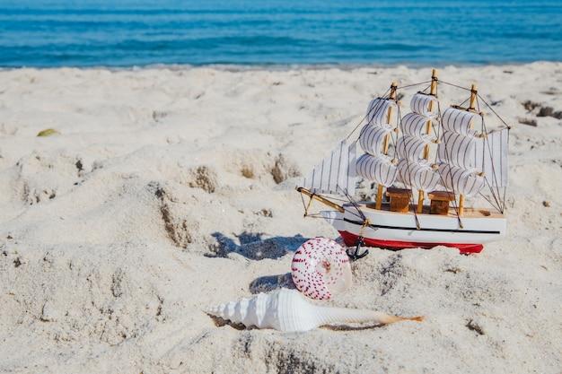 Miniatur des schiffes auf tropischen strand